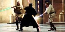 Qui-Gon Jinn (Liam Neeson) og Obi-Wan Kenobi (Ewan McGregor) mot Darth Maul (Ray Park)