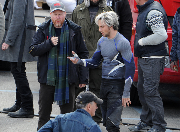 Whedon e Taylor-Johnson no set de filmagem de Age of Ultron.